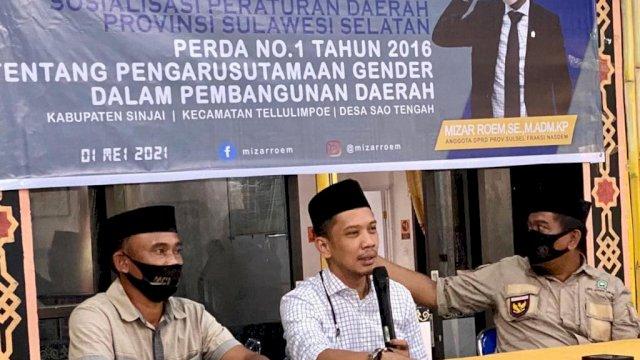 Anggota DPRD Sulsel fraksi NasDem, Mizar Roem, melakukan sosialisasi perda dengan warga di Desa Sao Tengah, Kecamatan Tellulimpoe, Sinjai, pada Sabtu (1/5/2021).