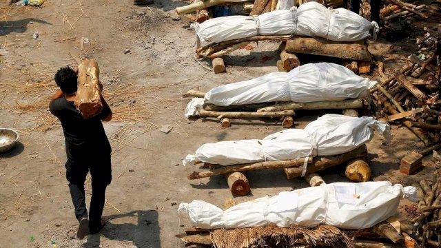 Deretan jenazah Covid-19 yang akan dibakar di India. (Foto: Reuters)