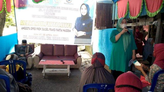 Legislator DPRD Sulsel dari Fraksi NasDem, Rezki Mulfiati Lutfi kembali melakukan sosialisasi Peraturan Daerah (Perda) Provinsi Sulawesi Selatan, pada Jumat (30/4/2021) di Kelurahan Kapasa Raya, Kecamatan Tamalanrea Kota Makassar.