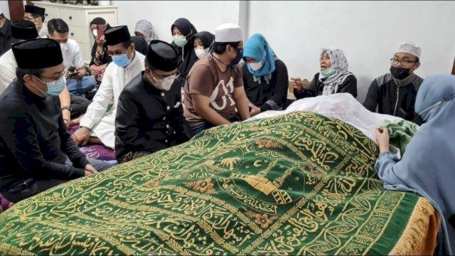 Jenazah almarhum AGH Sanusi Baco di rumah duka, Jalan Kelapa Tiga, Makassar.