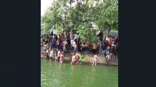 Warga mengevakuasi bocah 11 tahun korban tenggelam di danau samping GTC Makassar.