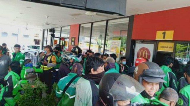 Kerumunan ojol yang memesan BTS Meal di salah satu resmtiran McD di Makassar. (Foto: twitter)