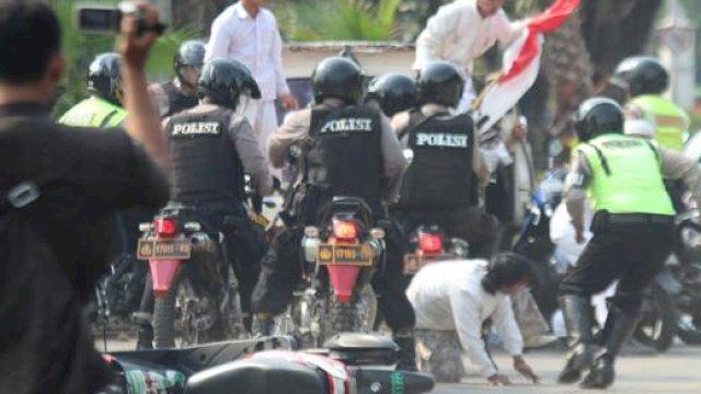 Bentrokan Polisi dan Pendukung Warnai Vonis 4 Tahun Rizieq Shihab