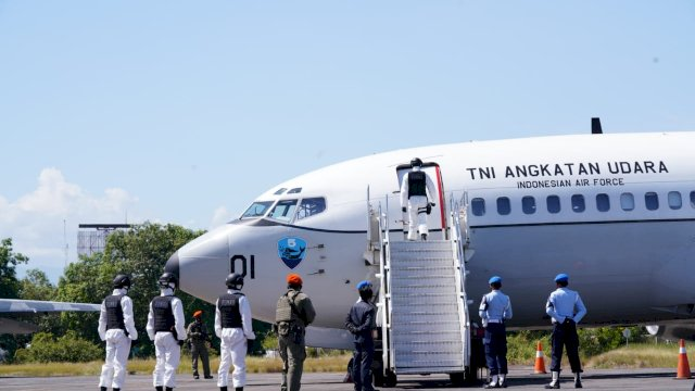 Disaksikan Mahfud MD hingga Plt Gubernur Sulsel, TNI AU Paksa Mendarat Pesawat Asing di Makassar