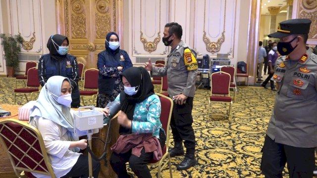 Proses Vaksin gratis di hotel Myko Makassar yang ditinjau Kapolsek Panakkukang, AKP Andi Ali Surya.