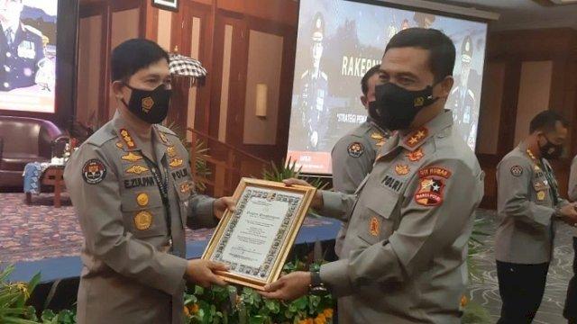 Kabid Humas Polda Sulsel, Kombes Pol E Zulpan, menerima piagam penghargaan dari Kadiv Humas Polri, Irjen Pol Raden Prabowo Argo Yuwono, di The Patra Hotel Kuta, Denpasar Bali, Jumat (4/6/2021).