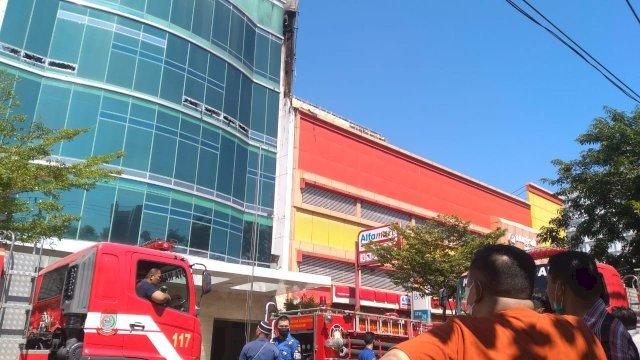 Pemadam kebakaran memadamkan api di Gedung Dillah Grup, Jalan Pengayoman, Makassar, Rabu (9/6/2021).