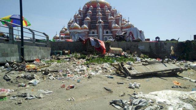 Sampah berserakan di Lego-lego, Makassar, Kamis (3/6/2021).