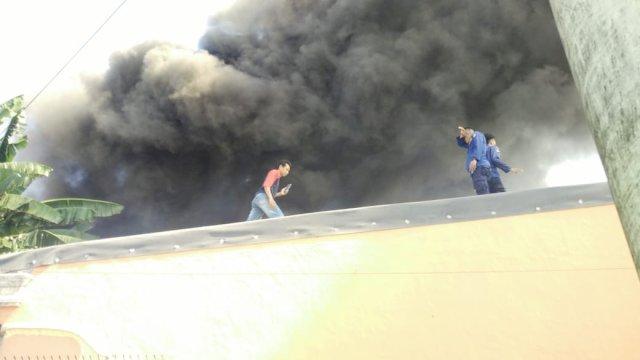 Sudah Padam, Kebakaran di Pemukiman Warga Jalan Mamoa Ria Makassar Diduga Karena Korsleting Listrik