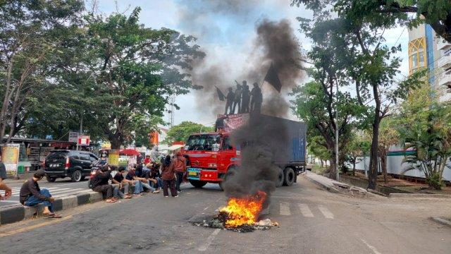 Mahasiswa Demo Lagi, Sandera Truk dan Bakar Ban Hingga Bikin Macet Jalan Sultan Alauddin
