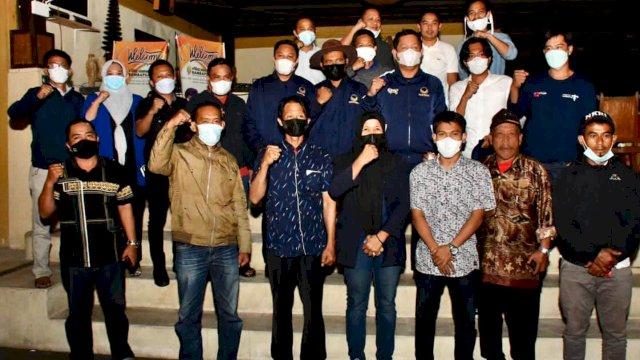 Sejumlah pengusaha terkemuka di Kabupaten Enrekang dipakaikan jaket Partai NasDem oleh Rusdi Masse.