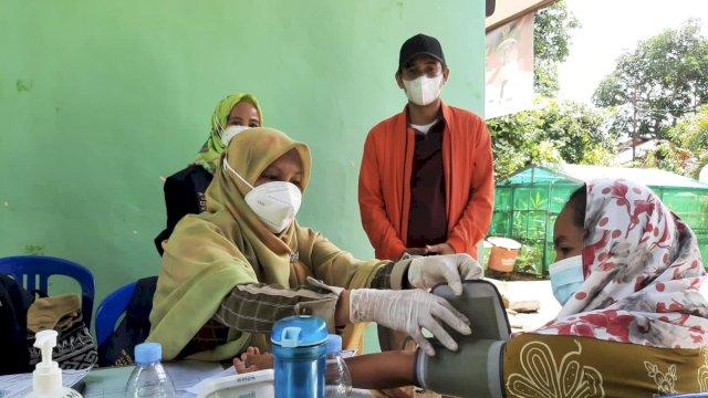 """""""Jangan Takut, Ayo Divaksin!"""" Ajakan Ketua DPRD Makassar Rudianto ke Warga Saat Tinjau Vaksinasi di Pulau Lakkang"""