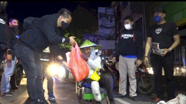 Malam-malam Tim Jatanras Polrestabes Makassar Menyasar Pengguna Jalan, Bagikan Sembako ke Warga Tak Mampu