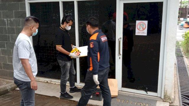 Aparat kepolisian dari Polrestabes Makassar melakukan olah TKP di pos Satpol PP yang di lempar OTK