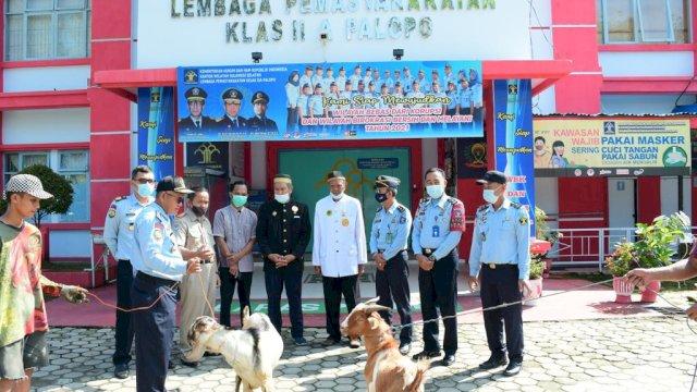 Dewan Adat Luwu Serahkan Hewan Kurban ke Lapas Palopo