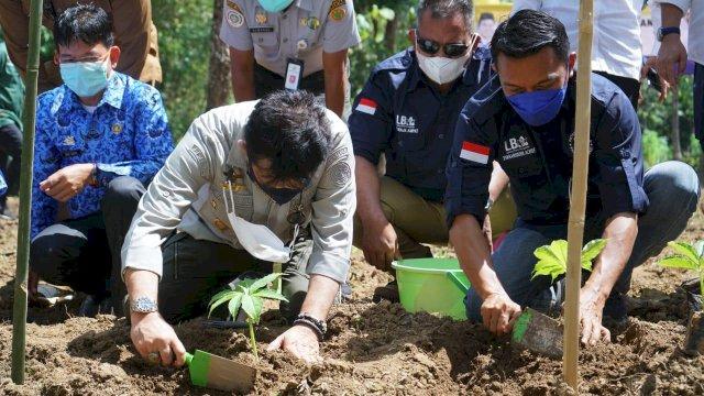 Ketua Umum Persatuan Eksportir dan Pengusaha Perkebunan Porang Indonesia (PEPKI), Syaharuddin Alrif dan Mentan Syahrul Yasin Limpo di Pangkep