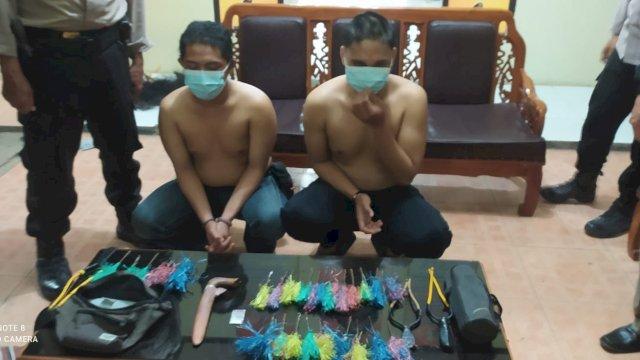 2 oknum mahasiswa di Makassar yang terjaring razia membawa berbagai jenis sajam dan obat-obatan.