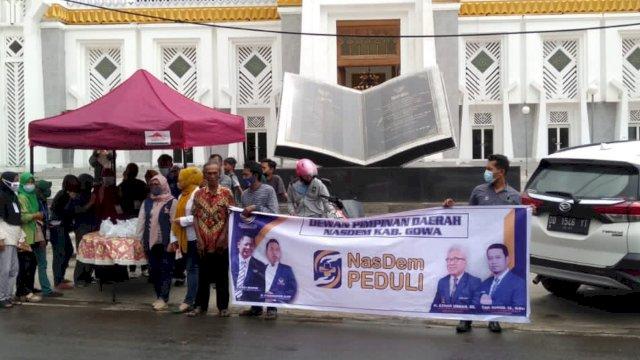 Kompaknya Pengurus DPD dan Fraksi NasDem Gowa saat Bagikan Paket Makanan di Depan Masjid Syekh Yusuf