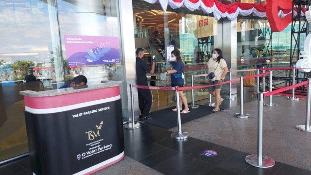 Suasana di pintu masuk Trans Studio Mall di Makassar. Pengunjung dibiarkan masuk tanpa menunjukkan keterangan sudah vaksin.