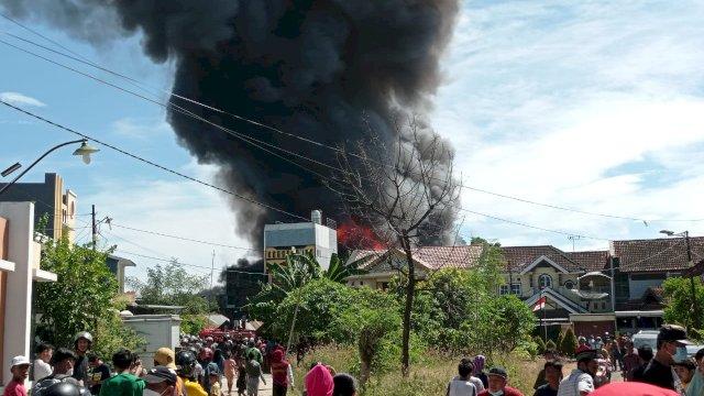 (Asap hitam membumbung tinggi dalam kebakaran di Jalan Kumala, Makassar, Rabu 11 Agustus 2021)