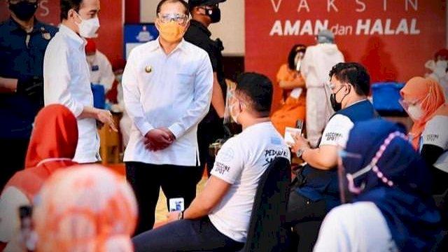 Presiden Jokowi dan Walikota Makassar Danny Pomanto saat menghadiri festival vaksin di Makassar beberapa waktu lalu.