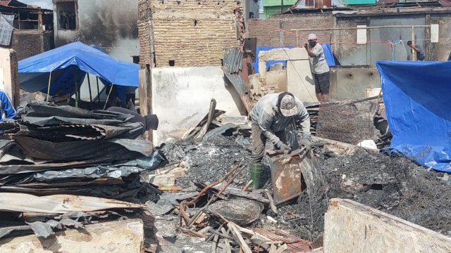 Nampak warga korban kebakaran di Jalan Kumala Makassar, mencari sisa barang berharganya yang bisa diselamatkan.