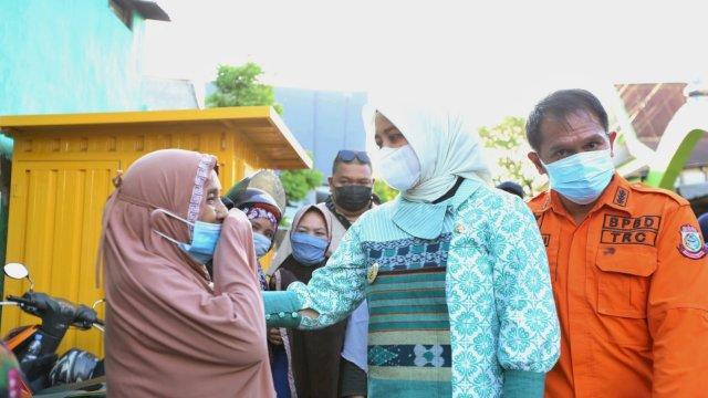 Wakil Wali Kota Makassar Fatmawati Rusdi, memberikan semangan dan bantuan kepada warga yang terkena dampak bencana di Kota Makassar, Sulsel.
