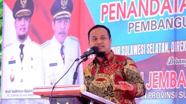 Plt Gubernur Sulawesi Selatan, Andi Sudirman Sulaiman saat meresmikan Jembatan Sungai Bangkae Ruas Jalan Lingkar SKPD, Kelurahan Bangkae, Kecamatan Watang Pulu, kabupaten Sidrap, Kamis (19/8/2021).