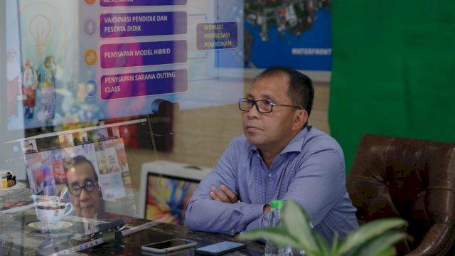 Walikota Makassar Moh. Ramdhan Danny Pomanto, saat menghadiri diskusi rutin yang diadakan forum Bro- Prof beserta API secara Virtual dikediaman Walikota Jalan Amirullah. Minggu (22/8/2021).