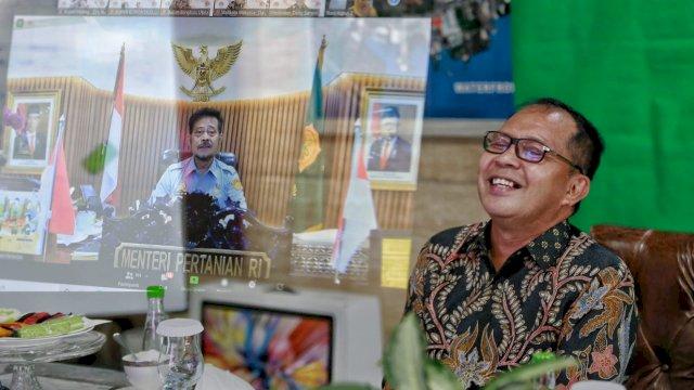Wali Kota Danny tersenyum, mendapat apresiasi dari Mentan Syahrul Yasin Limpo terkait produksi cabai di lorong-lorong Kota Makassar.