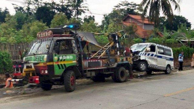 Prak, Mobil Ambulans Pembawa jenazah Covid-19 Masuk Jurang, Gara-gara Air Mineral