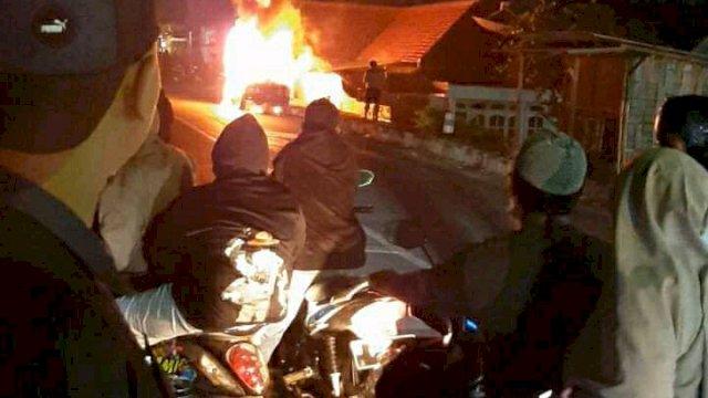 Mobil Ludes Terbakar, Pengemudi Lompat dari Kendaraan
