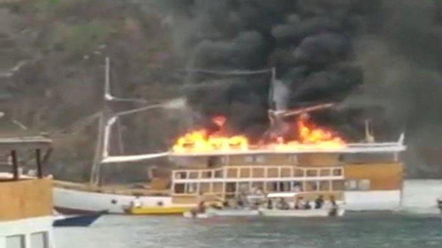 Genset, Penyebab Kapal Pinisi Mewah yang Terbakar di Labuan Bajo, Wisatawan Dievakuasi dengan Sekoci
