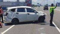 Ban Pecah, Mobil Pembawa Kue Terbalik di Jalan Tol Layang Pettarani Makassar