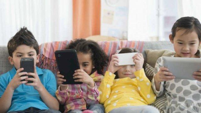 Ingat, Terlalu Lama Menatap Layar Smartphone Beresiko pada Anak