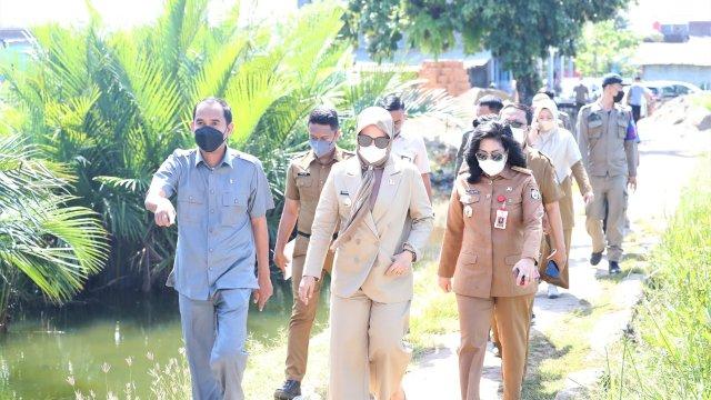 Kompaknya Fatmawati Rusdi dan Ketua DPRD Rudianto saat Berkeliling di Pulau Lakkang