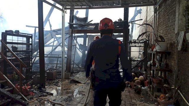 Pagi-pagi Si Jago Merah Ngamuk di Perumahan Makassar, Warga Panik Selamatkan Barang Berharga