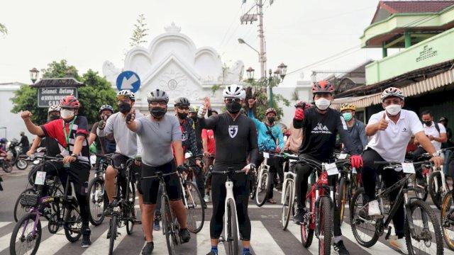 Bersama Wali Kota se-Indonesia, Danny Pomanto Nikmati Keindahan Kota Jogja dengan Bersepeda