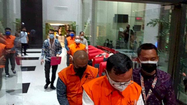 Jadi Tersangka Suap, 10 Anggota DPRD Kabupaten Muara Enim Tertunduk Lesu Ditahan KPK
